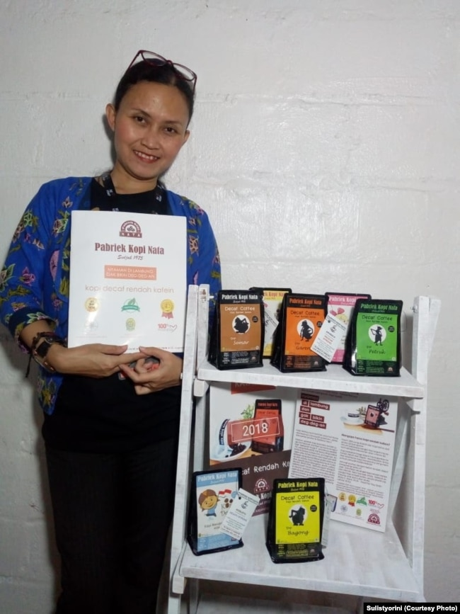 Sulistyorini, pemilik Pabriek Kopi Nata dan produknya. (Foto: Sulistyorini/dokumen pribadi)