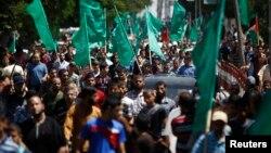Warga Palestina di Jalur Gaza melakukan aksi unjuk rasa untuk mendukung Hamas hari Kamis (7/8).