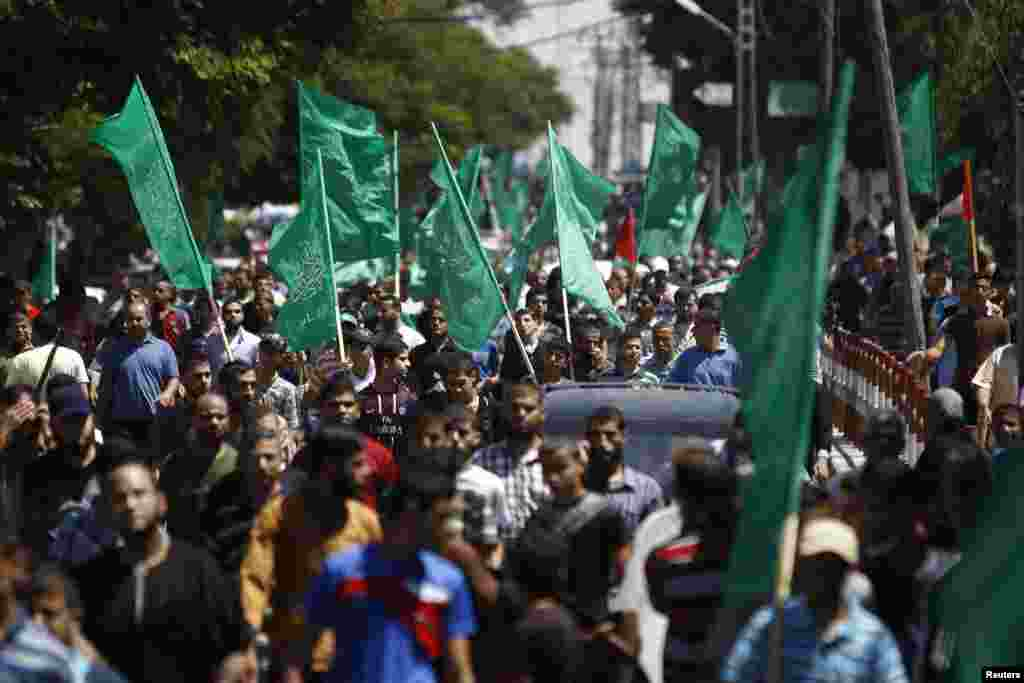 A crowd gathers during a rally in support of Hamas, in Gaza City, Aug. 7, 2014.