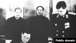 1950年《中苏友好同盟互助条约》在莫斯科签字,斯大林和毛泽东参加仪式,周恩来代表中方签署。中国和俄罗斯的前身苏联曾是盟国。(中国老照片)