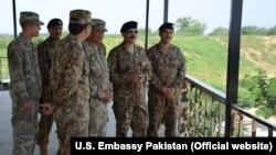 امریکی فوج کے کمانڈنگ جنرل گیریٹ (دائیں جانب سے تیسرے) پاکستانی فوجی عہدے داروں کے ساتھ
