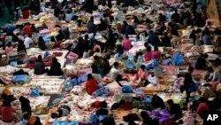 "Para anggota keluarga korban tenggelamnya Feri ""Sewol"" berkumpul di aula gedung olahraga di Jindo menunggu kabar dari regu penyelamat(18/4/2014)."