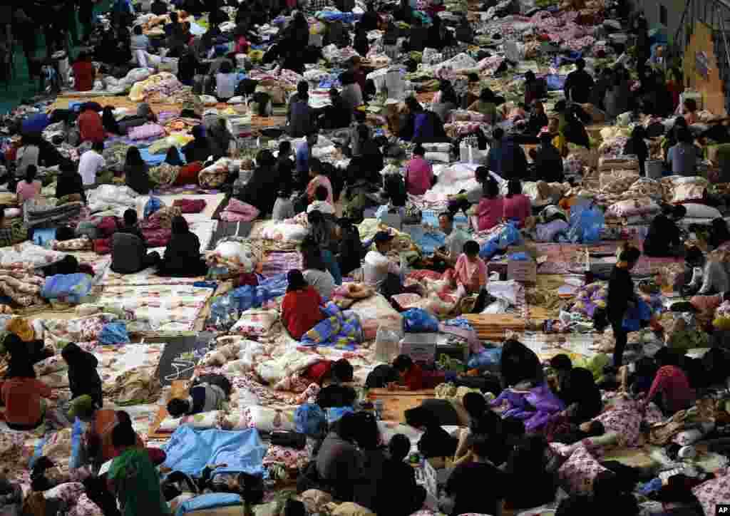 여객선 세월호 실종자 가족들이 18일 진도체육관에서 구조 소식을 기다리고 있다.
