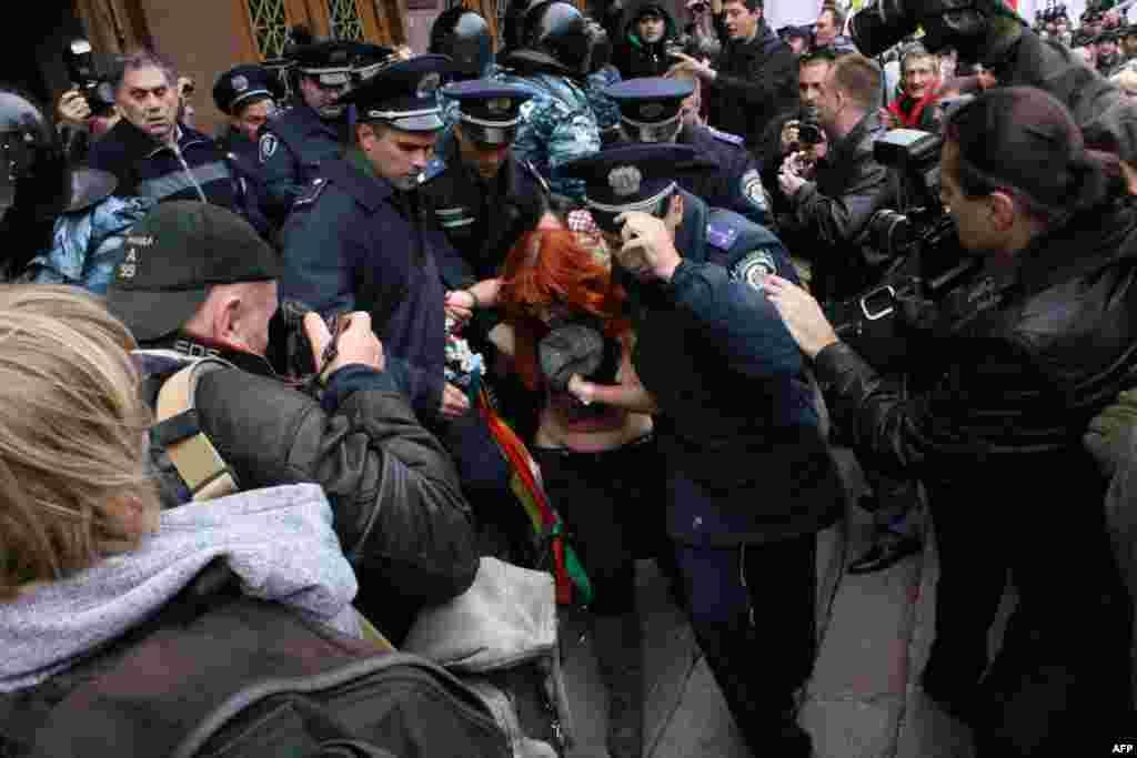 Активистки общественной организации ФЕМЕН призывают «не видеть разницы» между Ю и Я (вероятно, имеется ввиду Юлией Тимошенко и Виктором Януковичем)