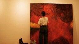 "Utami melukis ""Sambal"" karya abstraknya di atas kanvas 2x2 meter. (Foto: Dok Pribadi)"