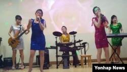 북한 해외식당에서 근무하는 종업원 13명이 집단 탈출해 7일 한국에 입국했다. 해외식당에서 공연하는 북한 종업원들. (자료사진)
