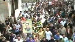 خبرگزاری سوریه عکسی را منتشر کرده که در آن مردم در حمص برای تشییع جنازه دو تن از کشته شدگان در تظاهرات گرد هم آمده اند - ۱۹ آوریل ۲۰۱۱