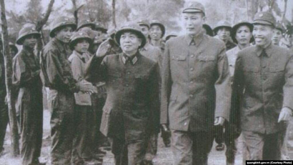 Đại tướng Võ Nguyên Giáp (trái) cùng Tư lệnh Trưởng Đồng Sỹ Nguyên (giữa) và Chính ủy Đặng Tính đến thăm bộ đội Trường Sơn vào năm 1973.