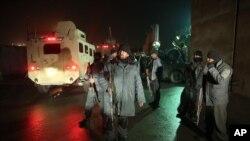 阿富汗警察在外国人驻地附近的出事地点站岗(2016年1月4日)