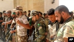 Militantes chiís revisan su armamento en la ciudad de Nukhayb, en el sureste de Irak.