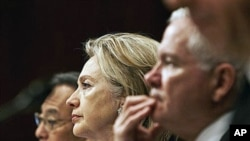 From left, Energy Secretary Steven Chu, Secretary of State Hillary Rodham Clinton, and Defense Secretary Robert Gates, testify on Capitol Hill in Washington, before the Senate Armed Services Committee hearing on the new START Treaty, 17 Jun 2010 (file pho