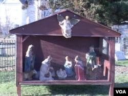 圣玛丽天主教会外的耶稣诞生景致(2012) (美国之音诗萌拍摄)