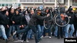 Para demonstran anti-Islam melakukan unjuk rasa di Cologne, Oktober lalu (foto: dok). Warga Jerman yang mendukung para migran melakukan demonstrasi tandingan untuk menentang aksi demonstrasi anti-Islam.