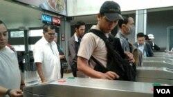 Para penumpang Kereta Rel Listrik di Stasiun Sudirman, Jakarta Pusat. (VOA/Iris Gera)