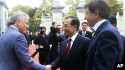Ngoại trưởng Bỉ Didier Reynders bắt tay Thủ tướng Trung Quốc Ôn Gia Bảo trước cuộc họp ở Brussels, 20/9/12