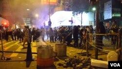有示威者用鐵枝撬起行人路的磚塊 (美國之音湯惠芸)