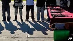 Para tersangka anggota kartel narkoba dan senjata Sinaloa diperlihatkan pada media di Tijuana, Meksiko. (Foto: Dok)