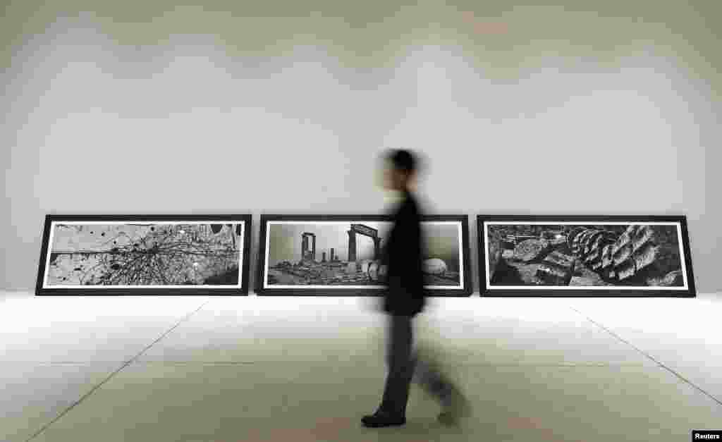 체코 사진작가 조세프 쿠델카의 작품을 감상하는 관람객.
