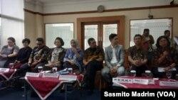Perwakilan dari berbagai organisasi dokter saat menyampaikan bahaya rokok elektrik dan mendesak pemerintah melarang peredaran rokok tersebut di kantor Kementerian Kesehatan, di Jakarta, Rabu, 15 Januari 2020. (Foto: Sasmito Madrim/VOA)