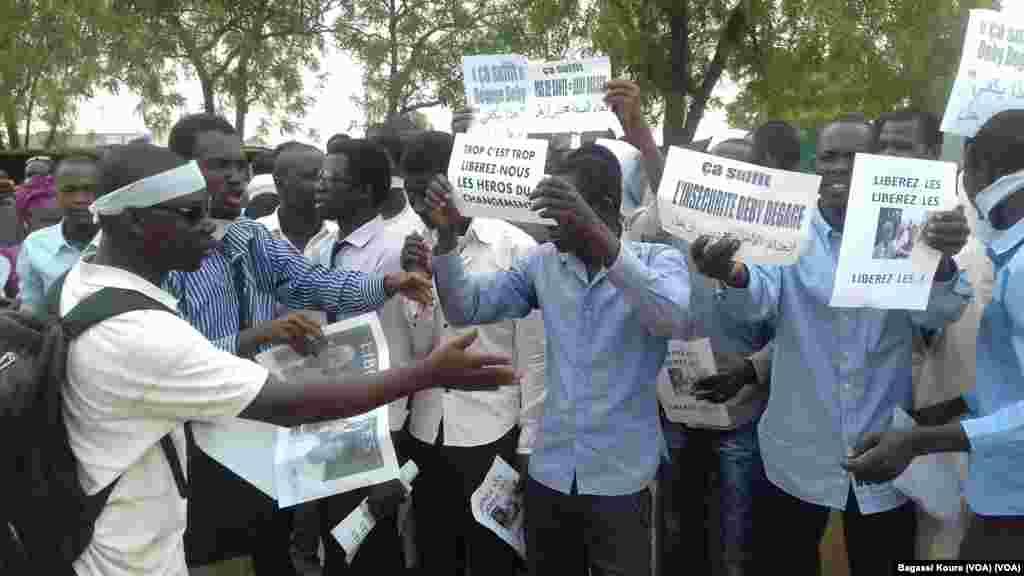 Des manifestants devant le palais de justice, Tchad, le 7 avril 2016.