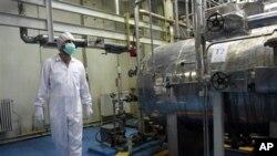 ທ່ານວິຊາການອີຣ່ານຄົນນຶ່ງກໍາລັງຍ່າງຢູ່ໂຮງແຍກທາດ Uranium ແຫ່ງນຶ່ງ ຢູ່ນອກເມືອງ Isfahan ໃຕ້ນະຄອນເຕຫະຣ່ານ, ອີຣ່ານ. ວັນທີ 7 ພະຈິກ 2011.