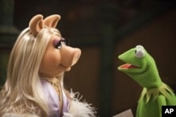 "Miss Piggy and Kermit in ""The Muppets"""