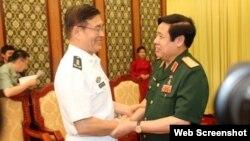 Ông Phùng Quang Thanh tươi cười nắm chặt tay Phó Tổng Tham mưu trưởng Trung Quốc, Thượng tướng Tôn Kiến Quốc.