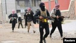 Chiến binh của các bộ lạc liên kết với lực lượng chính phủ Iraq tuần tra các đường phố ở thành phố Fallujah, 50 km về phía tây thủ đô Baghdad, ngày 5/1/2014.