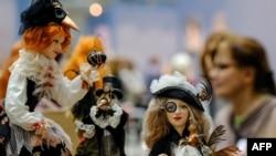 Pameran Seni Boneka Internasional ke-8 di Moskow, Rusia, 15 Desember 2017. (Yuri KADOBNOV / AFP) Museum Sejarah Ekologi di Volgodons, Rusia, kembali menggelar pameran boneka buatan tangan dari berbagai penjuru dunia.