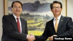 한국의 류길재 통일부장관이 21일 오후 세종로 정부서울청사를 방문한 샘 게러비츠 주한 호주대사와 악수하고 있다.