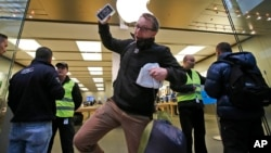 Algunas personas pasaron la noche frente a las tiendas de Apple a la espera de que abrieran para comprar el nuevo modelo del iPhone.