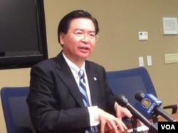 台湾民进党政策会执行长及驻美代表吴钊燮 (美国之音 钟辰芳拍摄)