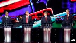 15일 미국 라스베가스 시에서 열린 공화당 경선 후보 TV 토론회에서 참가자들이 논쟁을 벌이고 있다. 왼쪽부터 벤 카슨, 토널드 트럼프, 테드 크루즈, 젭 부시 후보.
