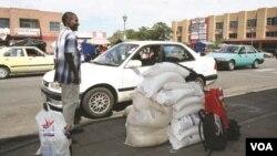 Isizalwane seZimbabwe sithenga impuphu edolobheni le Francistown kwele Botswana
