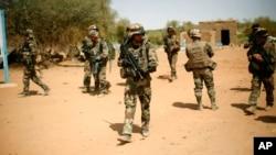 Des soldats français sécurisent une zone après une attaque des kamikazes, à l'entrée de Gao, dans le nord du Mali, 2 février 2013.