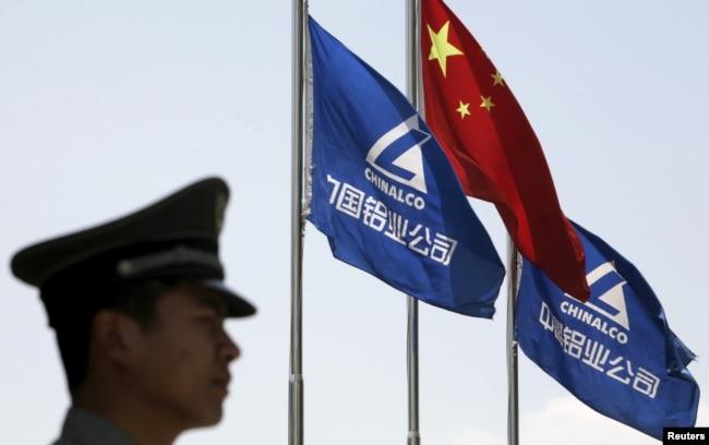 一名保安在北京的中国国有重要企业之一--中国铝业公司外执勤。(资料照片)