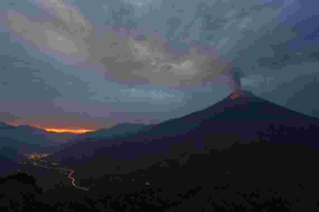 El Volcán Tungurahua arroja ceniza y piedras mientras se entra en erupción, como se ve desde Cotalo, Ecuador, 29 de abril 2011. El volcán Tungurahua, a 136 kilómetros al sureste de Quito, ha estado activo desde 1999.