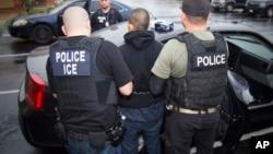 Hay planes para contratar a miles de agentes adicionales, ampliar la lista de prioridad de arresto y deportación inmediata de inmigrantes.