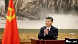 新一屆中央政治局常委在人民大會堂會見記者,國家主席習近平在演講結束後鼓掌(2017年10月25日)。