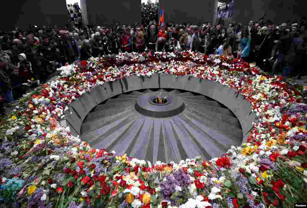 People attend a commemoration ceremony to mark the centenary of the mass killing of Armenians by Ottoman Turks at the Tsitsernakaberd Memorial Complex in Yerevan, Armenia, April 24, 2015.