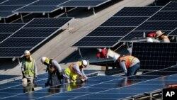 Công nhân lắp đặt tấm pin mặt trời ở Sân bay Van Nuys ở Los Angeles, California, hôm 8/8/2019. Bộ Thương mại Mỹ vừa trì hoãn quyết định điều tra có thể dẫn tới áp thuế lên pin mặt trời nhập từ Việt Nam và 2 quốc gia châu Á khác.