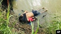 Thi thể của di dân El Salvador Oscar Alberto Martínez Ramírez và con gái gần 2 tuổi bên bờ sông Rio Grande, Mexico, hôm 24/6/2019