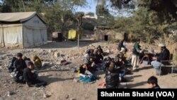 میر علی کے گاؤں محمد جان کوٹ میں واقع پرائمری اسکول کے بچے کھلے آسمان تلے پڑھنے پر مجبور ہیں۔
