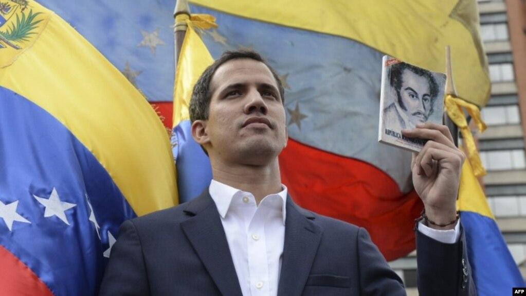 Juan Guaido, 35 tuổi, tuyên bố ông là tổng thống lâm thời của Venezuela hôm thứ Tư. Kể từ khi đó, Mỹ, Canada và hầu hết các nước Mỹ Latin khác đã công nhận ông.