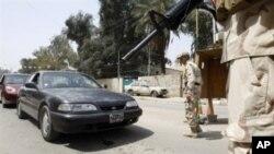 عراقی فوجی بغداد میں ناکے پر ایک گاڑی کو روک رہے ہیں۔