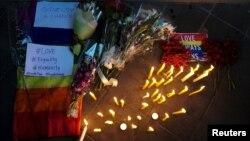 ابراز همدردی مردم تایلند با بازماندگان حادثه مرگبار کلوب شبانه اورلاندو در مقابل سفارت آمریکا در بانگوک - ۲۴ خرداد ۱۳۹۵