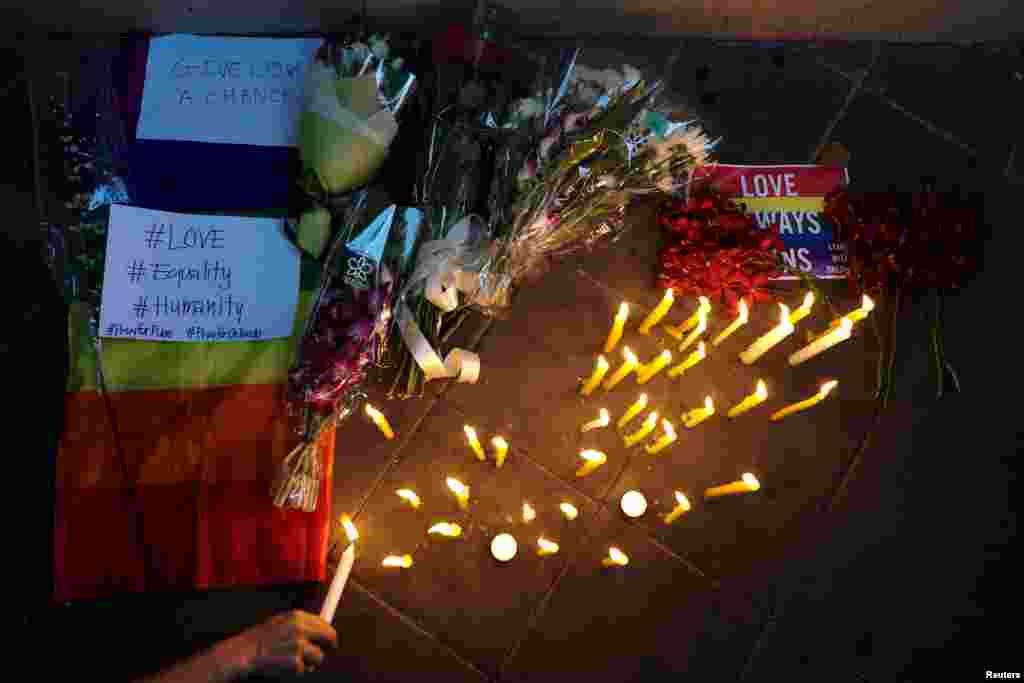 ពិធីអុជទៀនឧទ្ទិសគោរពវិញ្ញាណក្ខន្ធជនរងគ្រោះក្នុងការរួបរួមសាមគ្គីជាមួយជនរងគ្រោះនៃការបាញ់ប្រហារក្នុងក្លឹបកំសាន្ត Pulse Orlando ស្ថានទូត ស.រ.អា. នៅទីក្រុងបាងកក ប្រទេសថៃ ថ្ងៃទី១៣ ខែមិថុនា ឆ្នាំ២០១៦។