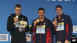Bintang renang putra Olimpiade Ryan Lochte (tengah) meraih medali emas dalam kejuaraan renang dunia nomor jarak pendek di Sinan Erdem Dome, Turki (12/12).