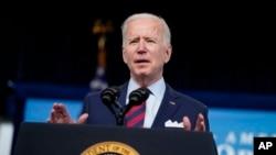 拜登总统4月7日在白宫发表讲话,呼吁国会议员批准其2万亿基建项目计划