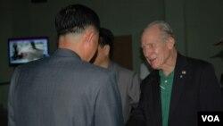Cựu phi công Hải quân Mỹ Thomas Hudner được giới chức Bắc Triều Tiên chào đón ở sân bay Bình Nhưỡng, 20/7/2013
